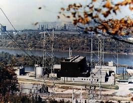 disadvantages of nuclear power plant Nuclear power plants create a lot of low-level radioactive waste as transmitted parts and supplies over time, used nuclear fuel decays to safe radioactive levels.